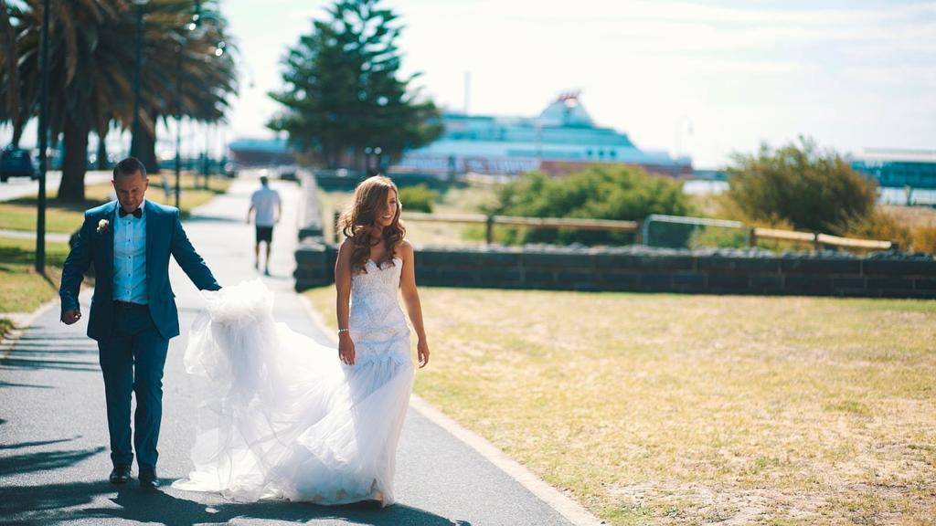 Свадебное фото пары средних лет на фоне корабля