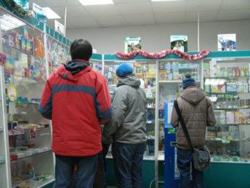 Молодые люди хотят купить в аптеке средство для потенции М 16