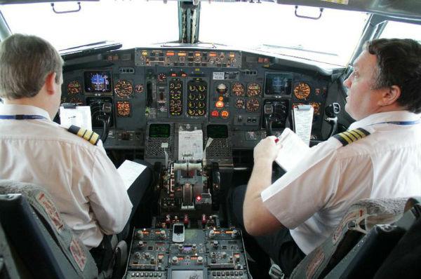 Пилоты в кабине самолета говорят про потенцию