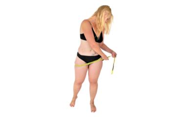 Пышная дама в белье меряет себя сантиметром