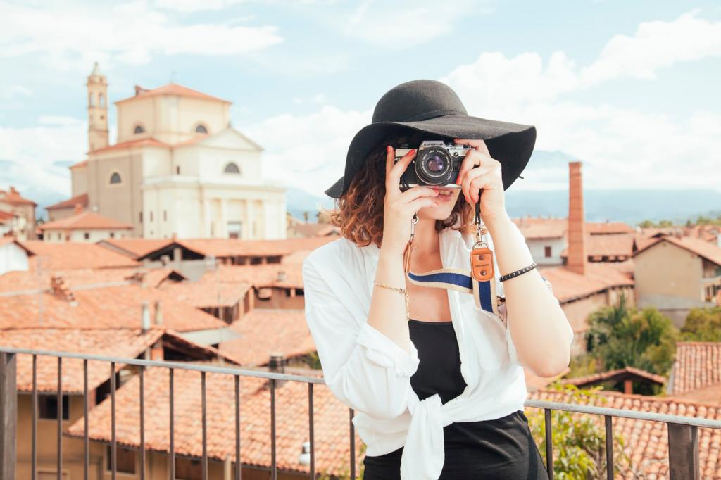 Девушка турист фотограф
