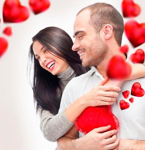 Счастливая пара и красные сердечки