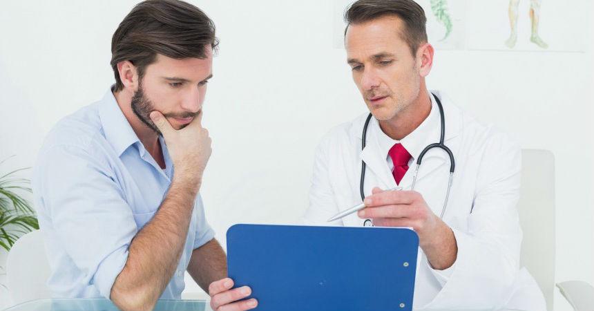 врач изучает отзывы своих пациентов про массаж простаты